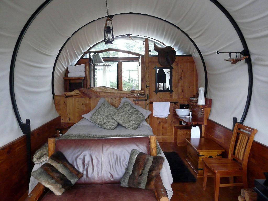 1280px-GlampingKirwee_Wagonstay_interieur123456789abc
